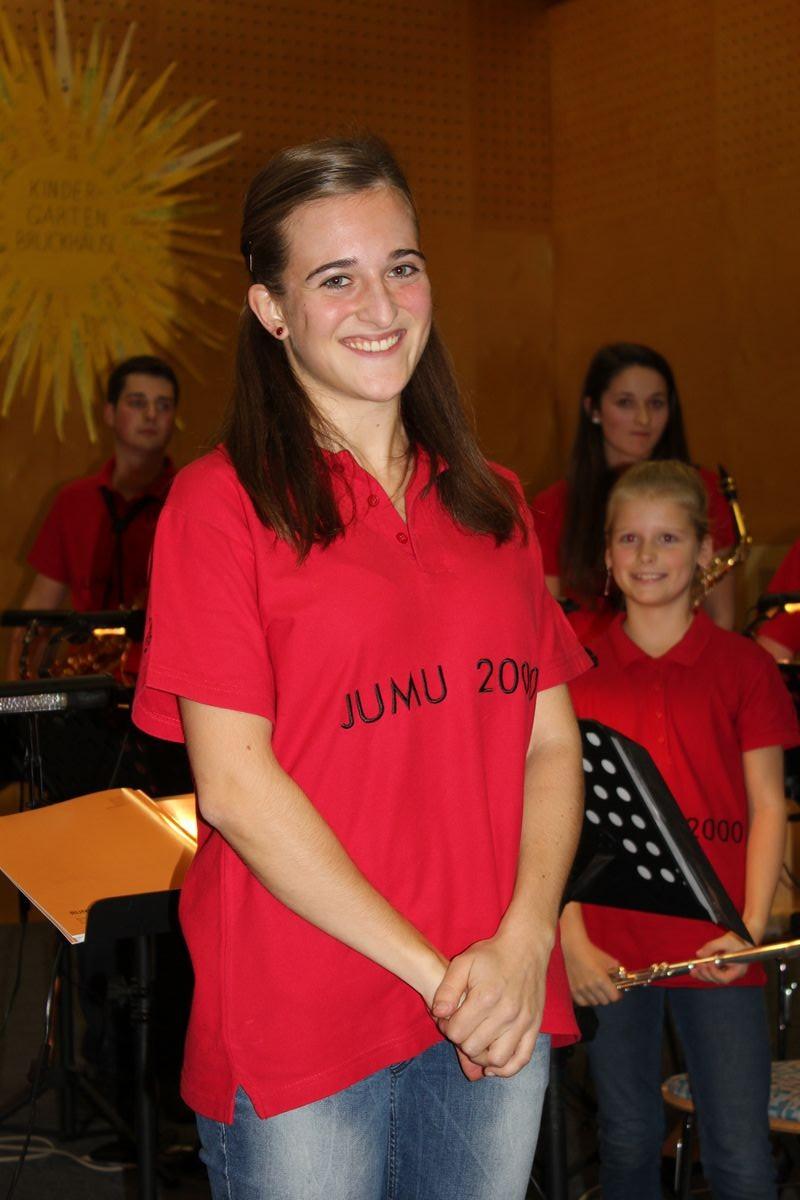 Magdalena Weiss übernahm von Kapellmeister Hannes Ploner die Leitung der JUMU2000 in Bruckhäusl.
