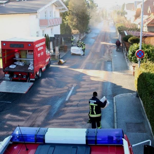 Die Freiwillige Feuerwehr Wörgl entfernte das ausgetretene Hydrauliköl in der Anichstraße. Foto: Wilhelm Maier