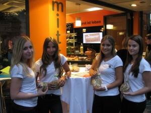 Die HAK-Maturaprojekt-Gruppe mit ihrer Keks-Kreation Twikie.