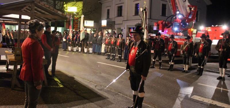 60. Geburtstag Bgm. Hedi Wechner - die Traditionsvereine marschierten vor dem Stadtamt auf.