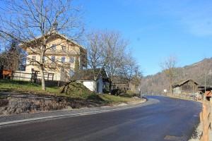 Die Neutrassierung der Brixentaler Gemeindestraße im Ortsteil Pinnersdorf hält mehr Abstand zum ehemaligen Gasthof Pinnersdorf.