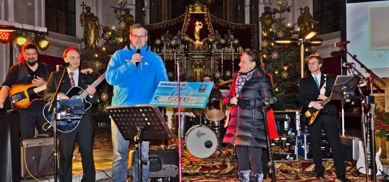Der Rotary Club Brixental übergab beim Benefizkonzert einen Spendenscheck über 5.000 Euro. Foto: Nageler