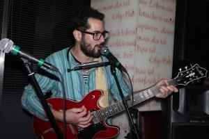 Boomerang-Frontman Vassilis Selamis - Gitarre, Gesang und Mundharmonika.