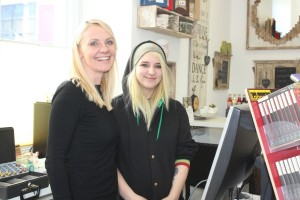 Ladeninhaberin Claudia Schwarzenbacher mit Praktikantin Natalie.