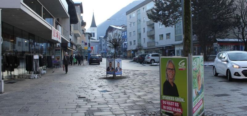 Plakatständer für die Gemeinderats- und Bürgermeisterwahl wurden in den vergangenen Tagen in Wörgls Innenstadt aufgestellt.