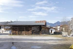 Der Gemeinderat widmete diesen Schuppen von Freiland in Wohngebiet. Beim Umbau bleibt der Weg zwischen Schuppen und Wörgler Bach bestehen.