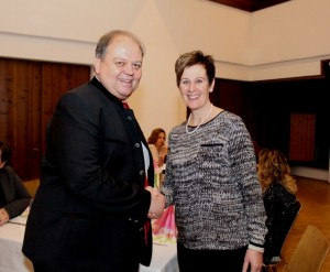 Bürgermeister Herbert Rieder dankte Vroni Hechl. Foto: Wilhelm Maier