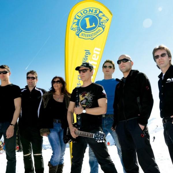 Die Coverband Rat Bat Blue sorgt für Stimmung beim Lions-Schneefest. Foto: Lions Club Wörgl