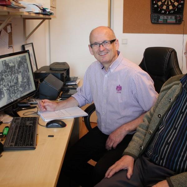 Franz Bode (links) und Hans Gwiggner bei der Arbeit an heimat.woergl.at