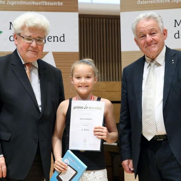 Dorina Puchleitner bei der Urkundenüberreichung mit LH Dr. Josef Pühringer (re) und Univ. Prof. em. Paul Roczek (li). Foto Land Oberösterreich, Ernst Grilnberger