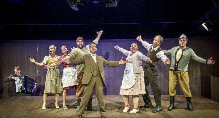"""Das Ensemble der Kammerspiele Innsbruck von """"Das Wunder von Wörgl"""". Foto: Rupert Larl"""
