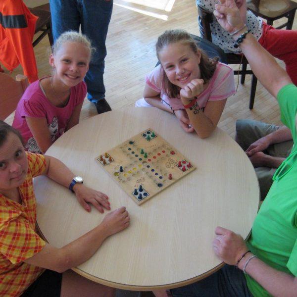 Begegnung in der Lebenshilfe durch die Sommerjobbörse: Gitti, Selina, Annalena und Erwin. Foto: I-motion