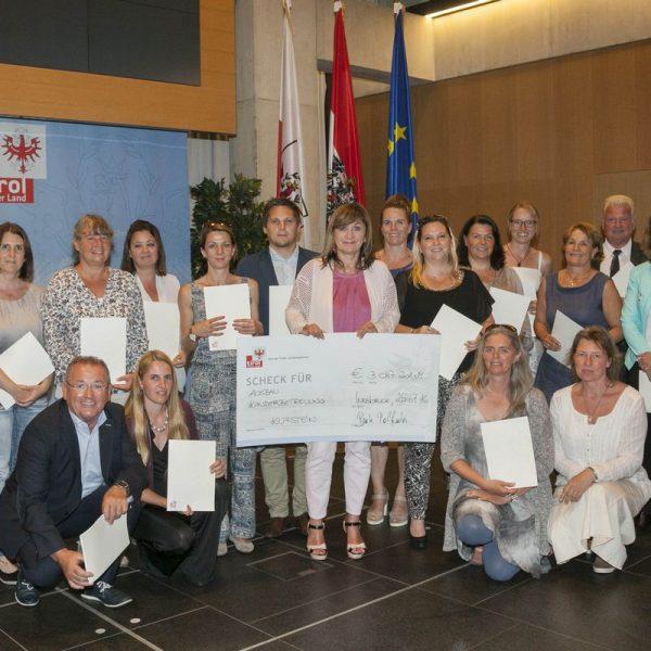: LRin Beate Palfrader mit VertreterInnen der öffentlichen und privaten Erhalter von Kinderbetreuungseinrichtungen im Bezirk Kufstein. Foto: Land Tirol/Die Fotografen