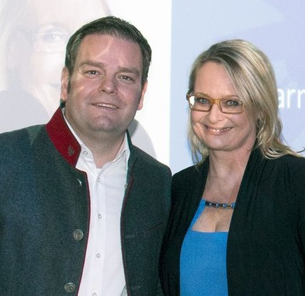 Markus Abwerzger gratuliert Carmen Schimanek zur Wiederwahl. Foto: FPÖ