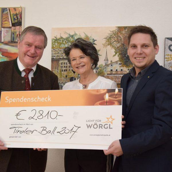 Hannes Baumgartner vom Tirolerbund übergab vergangenen Freitag den Spendenscheck an Bürgermeisterin Hedi Wechner und Wörgls Sozialreferent Christian Kovacevic. Foto: Haberl