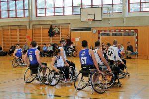 Das Tiroler Rollstuhlbasketballteam beim Spiel gegen Salzburg. Foto Stefan Thurner