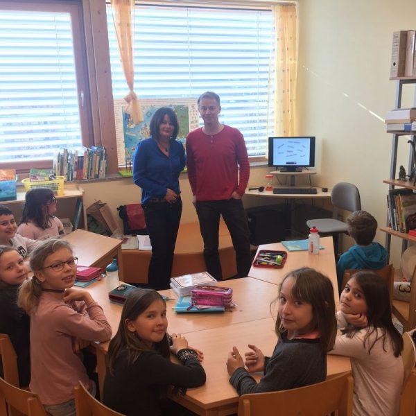 DI Peter Warbanoff mit Voksschuldirektorin Isabella Mölk in Wörgl. Foto: Komm!unity
