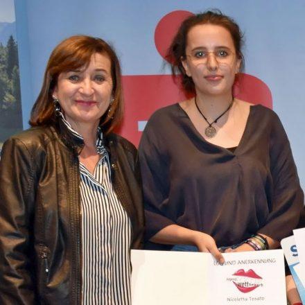 LRin Beate Palfrader mit der Erstplatzierten Nicoletta Tosato. Foto: Land Tirol