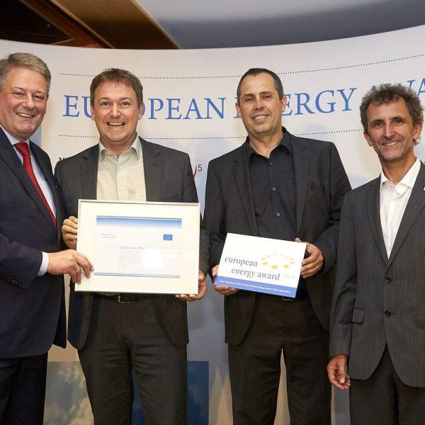 Stadtwerke-Geschäftsführer Mag. Reinhard Jennewein (2.v.l.) nahm von Bundesminister Andrä Rupprechter (links) den European Energy Award in Gold entgegen. Foto: Bundesministerium für Land- und Forstwirtschaft, Umwelt und Wasserwirtschaft