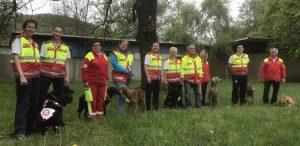 """Samariterbund Mantrailer-Rettungshunde aus Tirol, Kärnten und Burgenland mit Trainerin Gundula Czappek (Bildmitte mit Mantrailer """"Amor""""). Fotonachweis: Samariterbund Tirol."""
