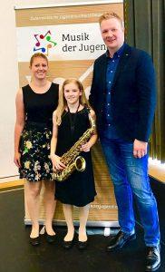 Michaela Niedermair erspielte sich einen 2. Preis (hier im Bild mit Korrepetitorin K. Frank (li) und ihrem Lehrer P. Schrattenthaler (re)), Foto LMS Wörgl