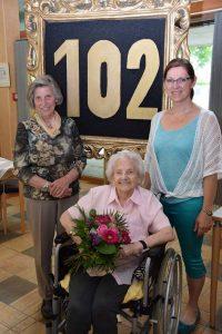 Die Jubilarin Christine Hell mit Tochter und Enkelin. Foto: Haberl