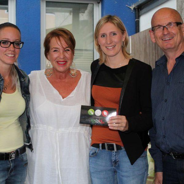 Bei der Dinner-Gutscheinübergabe vlnr. Alexandra Sollerer, Gabi Madersbacher/Verein SCW, Sabrina Hirzinger & Franz Bode/ARTirol.