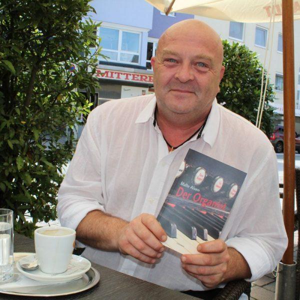 """Mag. Andreas Madersbacher alias Malte Alsen mit seinem druckfrischen Krimi """"Der Organist"""". Foto: Veronika Spielbichler"""
