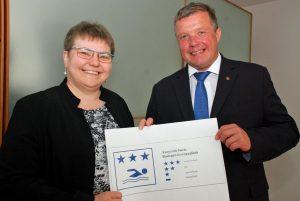 Gesundheitslandesrat Bernhard Tilg und Ruth Friehe-Leitl vom zuständigen Sachgebiet Gewerberecht sind über die ausgezeichnete Wasserqualität der Tiroler Badeseen sehr zufrieden. Foto: Land Tirol