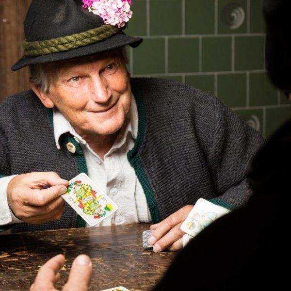 Herbert Anfang schlüpft in die Rolle des Brandner Kaspar. Foto: Christoph Stöckl
