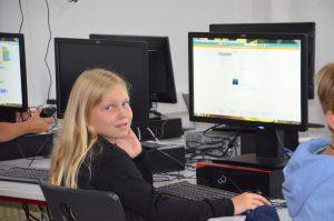 Jeweils bis zu 12 Mädchen und Buben in Wörgl und Kufstein haben die Programmiersprache Scratch spielerisch kennengelernt. Bildnachweis: i.ku