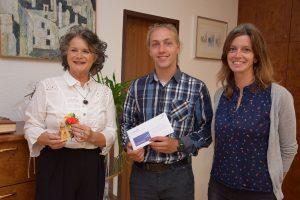 Freut sich auf seine Zeit in Wörgl: Der Europäische Freiwillige Stefan Donchev mit Bürgermeisterin Hedi Wechner (links) und Monika Mair vom Verein komm!unity. Foto: Stadt Wörgl/Haberl