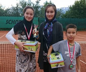 Mit Fatima, Mahnaz und Amir nahmen auch 3 Flüchtlingskinder an der Stadtmeisterschaft teil. Foto: TC Wörgl.