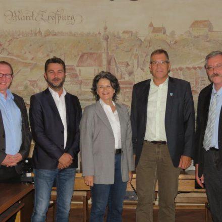 Mario Wiechenthaler, Bürgermeisterin Hedi Wechner, Bürgermeister von Trostberg Karl Schleid und der 2. Bgm von Trostberg Robert Liedl. Foto © Stadt Trostberg