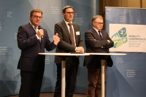 LH Günther Platter, Südtirols LH Arno Kompatscher und der Trentiner Mobilitätslandesrat Mauro Gilmozzi treten vor die Presse nach der EUSALP-Mobilitätskonferenz. © LPA/Bolognini