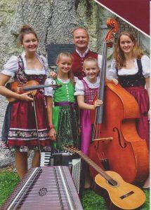 Die Puchleitner Familienmusik spielte im Noise & Harmony-Tonstudio in Wörgl eine CD ein, die am 18. November 2017 im Gasthaus Hauserwirt präsentiert wird. Foto: privat.
