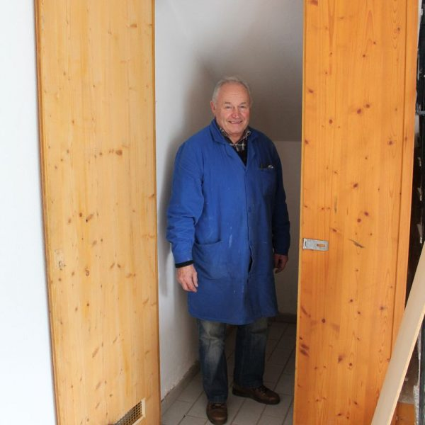 LA21 Bruckhäusl aktiv-Obmann Thomas Gasteiger bei der Übersiedelung des Foto-Archives ins sanierte Bruckhäusler Vereinsheim. Foto: Veronika Spielbichler