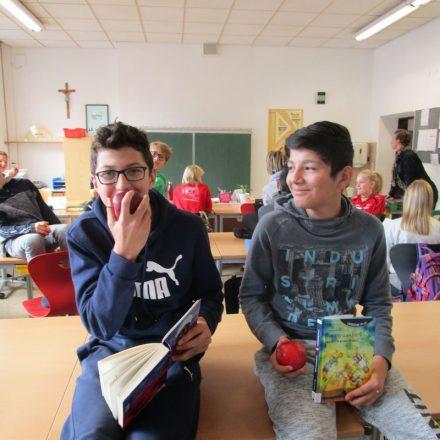 Zum Abschluss des Vorlesetages gab´s für alle als gesunde Jause Äpfel. Foto: Daniela Bayer