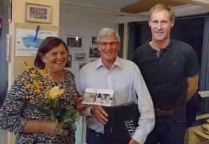 Obmann Stefan Schneck (rechts) bedankte sich bei Elli und Walter Grimm für das jahrelange Engagement für den Club. Foto: TC Wörgl
