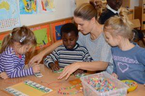 Auch Kindergarten-Leiterin Verena Puchleitner hat die kleine Mary ins Herz geschlossen. Foto: Nageler
