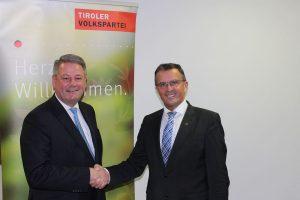 Andrä Rupprechter (links) gratuliert Bezirks-Spitzenkandidat Alois Margreiter (rechts). Foto: Tiroler Volkspartei