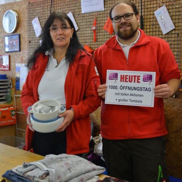 Renate Buchmayr & Patrick Kristen (beide Ortsstelle Wörgl) mit dem gefüllten Tombola-Lostopf. Fotos: RK Kufstein