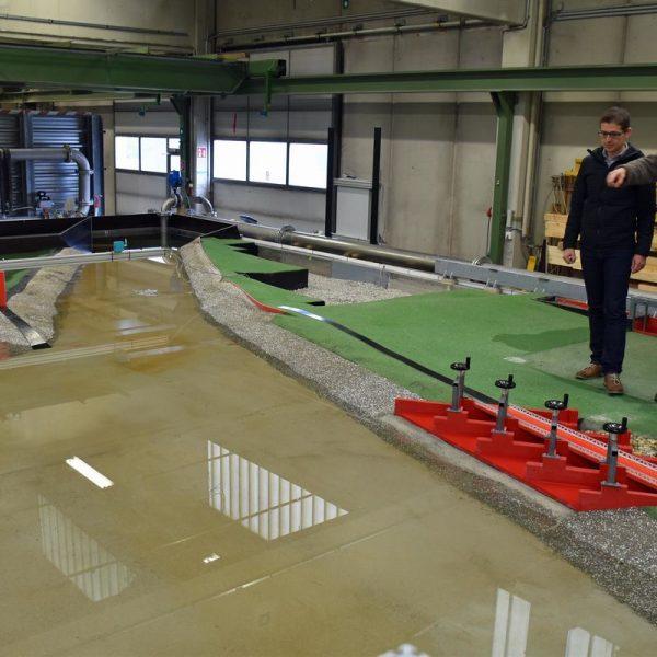 Projektleiter Stefan Walder und Prof. Markus Aufleger mit dem Modell des Retentionsraums Kramsach/Voldöpp im Wasserbaulabor der Uni Innsbruck. Foto: © Land Tirol