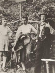 Johann Fuchs (rechts), Erbauer des Fuchsweges mit Oberlehrer Hubert Ascher (links) und Altbürgermeister Sepp Gollner bei der Inspektion des Bauwerkes 1933. Foto: Stadtarchiv Wörgl