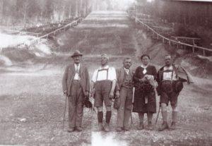 Am Sprungschanzenauslauf posierten in den 1930er Jahren diese Spaziergänger fürs Foto - links im Bild ist Johann Fuchs zu sehen. Foto: Unterguggenberger Institut