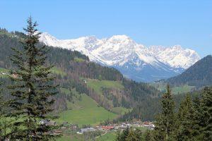 Ausblick vom Wanderweg vom Pfaffenberg zum Bruggberg in Richtung Wilder Kaiser. Foto: Spielbichler