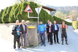 Fuchsweg-Begehung mit Mitgliedern des TVB Ferienregion Hohe Salve, des Heimatmuseumsvereines und der GR Georg Breitenlechner (2.v.r.). Foto: Spielbichler