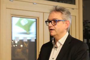 Gernot Jochum-Müller bei der Zeitpolster-Präsentation in Wörgl. Foto: Veronika Spielbichler