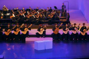 """Bei der Oper """"Der Barbier von Sevilla"""" im Erler Winterfestspielhaus wirken auch drei Wörgler Gitarren-Schülerinnen mit. Foto: Enrico Nawrath"""
