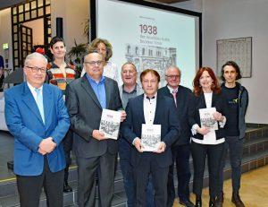 Landesarchivdirektor Christoph Haidacher (1. v. li.) mit Herausgeber Horst Schreiber (3. v. li.) und Autorinnen und Autoren. © Land Tirol/Kathrein
